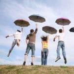 Personnes s'envolent parapluie