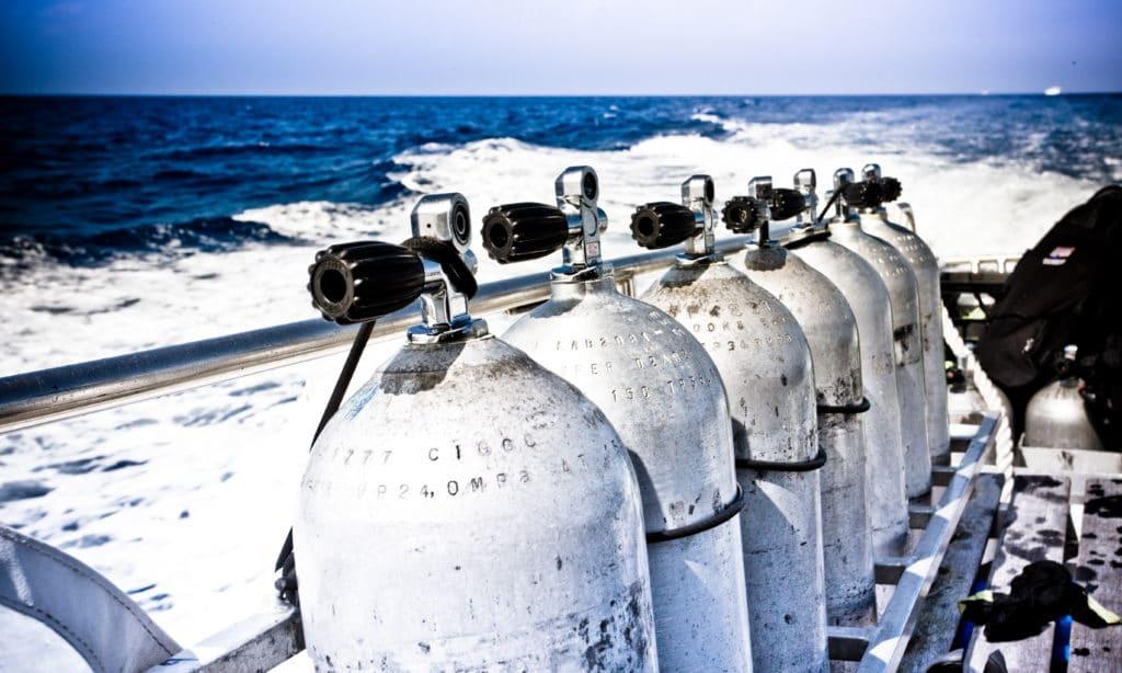 Bouteilles d'oxygène sur un bateau destiné à embarquer des plongeurs sous-marins